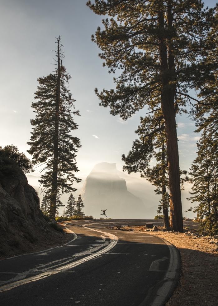 photographie de voyages, photo de route vers les montagnes, exemple de fond ecran smartphone avec cadrage nature