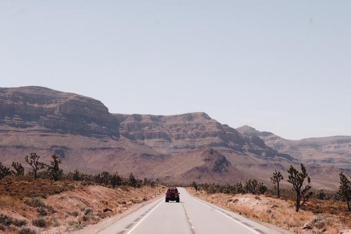 quelle photo pour un fond écran voyage, idée photo de la nature déserte, magnifique photo sur le thème route et voyage en voiture