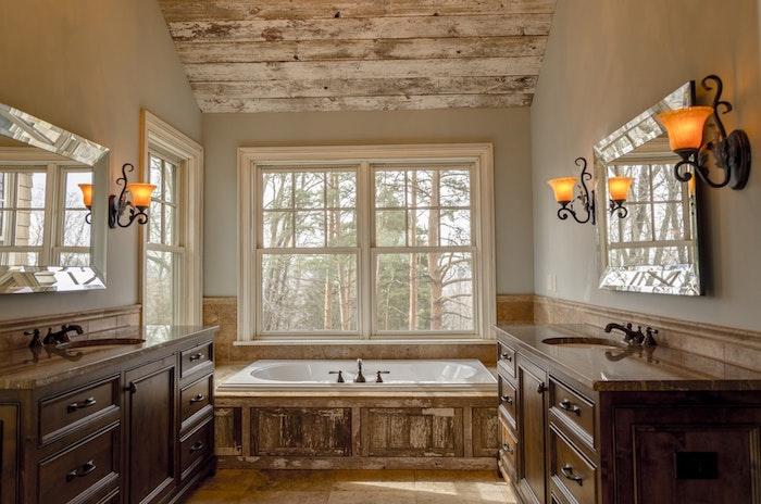 Fenêtre avec belle vue rustique salle de bain beige avec murs taupes, la plus belle salle de bain en bois et blanc