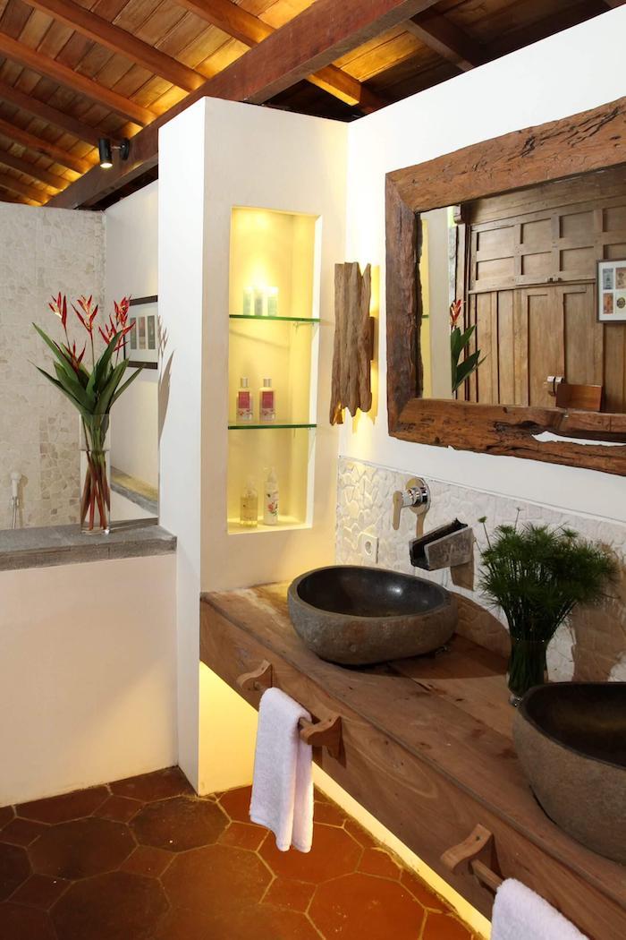 Lavabo et meuble pour le lavabo style rustique, salle de bain scandinave, salle de bain en bois et blanc