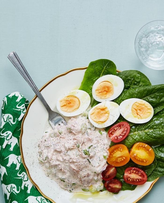 recette de salade de thon avec mayonnaise avec de la salade romaine, tomates cerise et oeufs durs, repas minceur