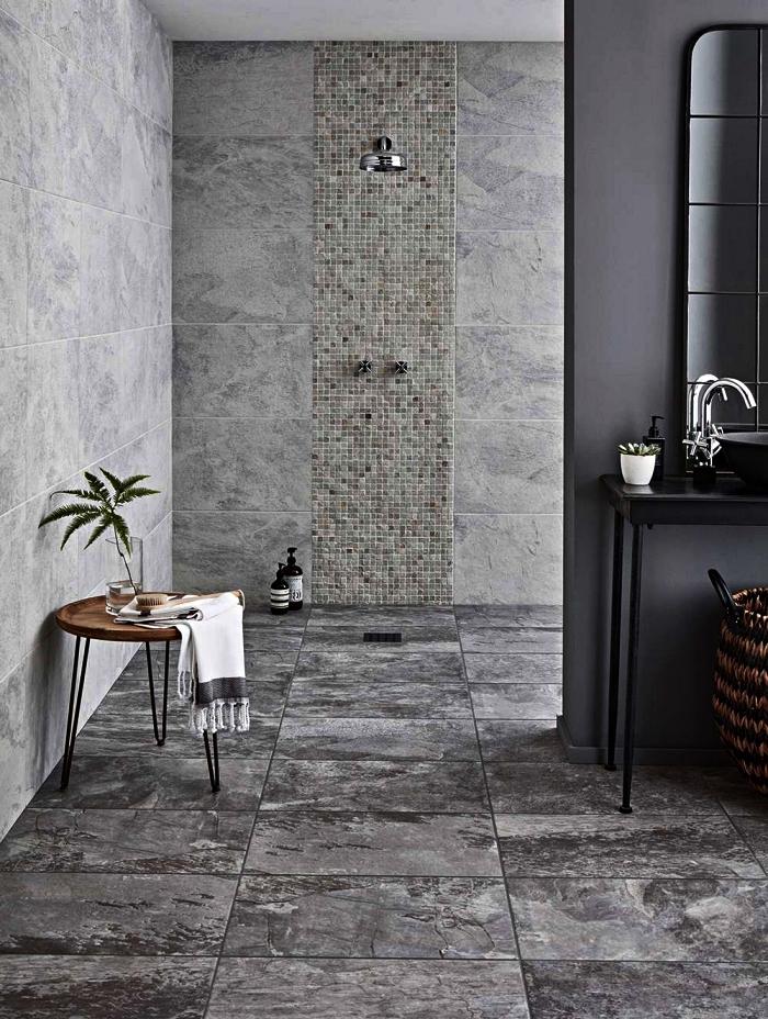 une salle de bain contemporaine en ardoise grise et au design épuré avec douche discrète et ouverte qui se fond dans le décor