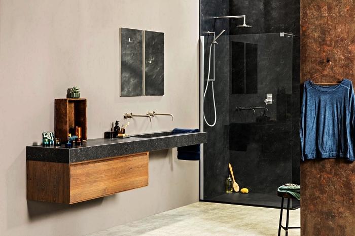 une salle de bain de luxe avec cabine de douche et plan vasque en marbre noir, meuble sous vasque suspendu en bois aux lignes épurées