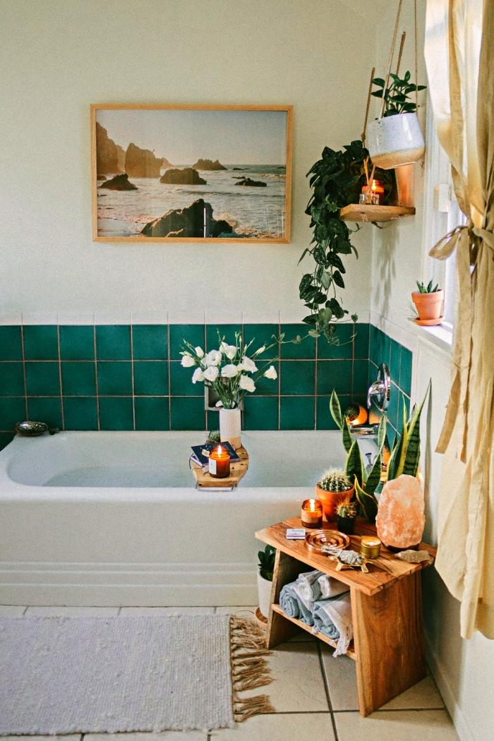 salle de bain nature de style bohème avec baignoire et crédence en carrelage vert émeraude