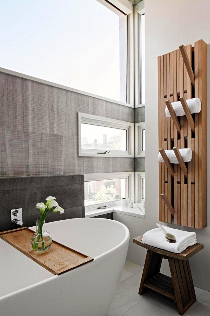 deco salle de bain zen avec baignoire îlot, petite table d'appointe en bois rustique et un porte-serviette mural en bois