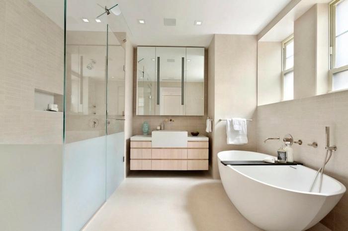 Baignoire avec rangement pour lire ou mette de bougies, idée carrelage salle de bain, moderne salle de bain en bois et blanc
