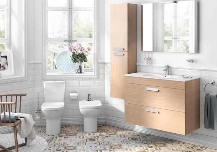 Vase avec pivoines rose claire, fenetres et miroir, beaucoup de lumière naturelle, salle de bain gris et blanc, salle de bain moderne style nordique