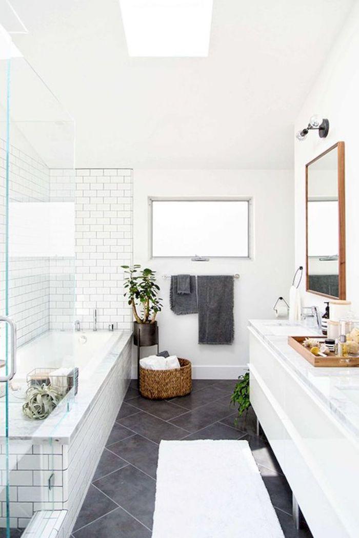 Carrelage blanc autour du baignoire, ikea meuble salle de bain blanche et bois, les tendances 2019, basket linge rangement
