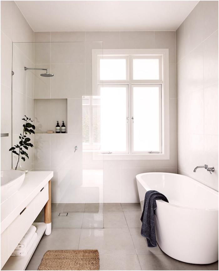 Scandinave design pour la salle de bain zen, salle de bain en bois et blanc design 2019, douche, plante verte, baignoire