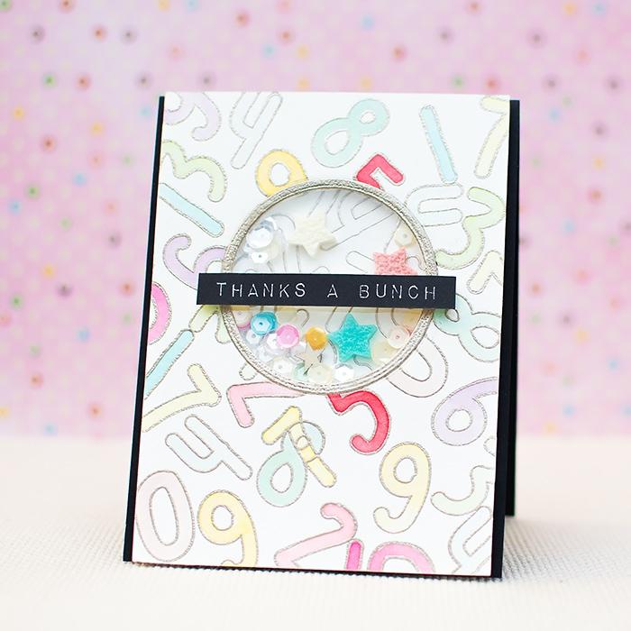 modele carte anniversaire shaker card à motifs chiffres en tons pastel, carte de voeux avec fenêtre ronde transparent et des petites sequins comme décor