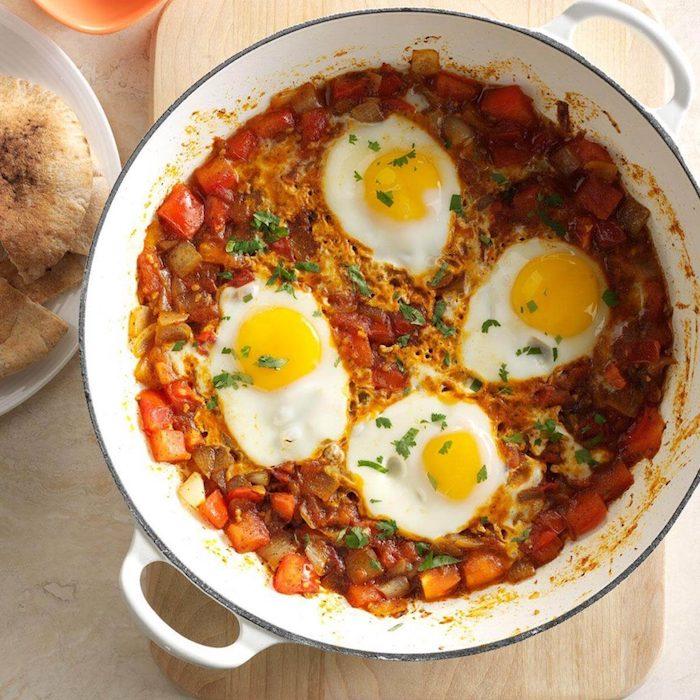 idee de casserole aux légumes, carottes, poivrons rouges, aile et oignons avec des oeufs, repas minceur original
