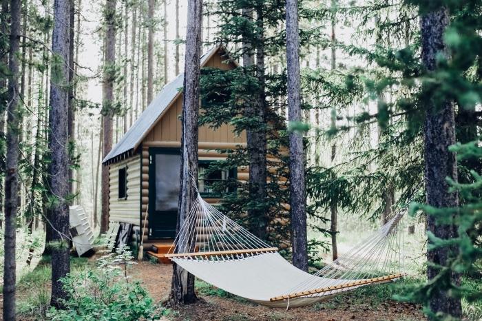 joli fond d écran pour notebook ou ordinateur, photo de cabane bois avec hamac suspendu, idée photo relax dans la nature