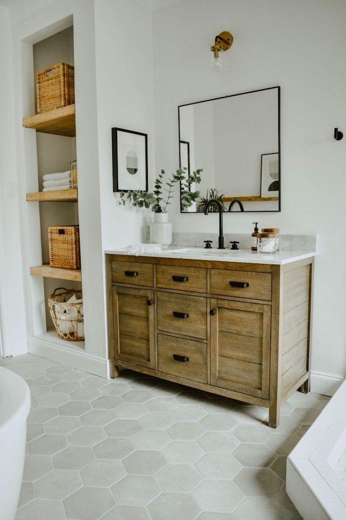 Miroir et plante verte pour deco, meuble sdb, salle de bain en bois et blanc, comment décorer la salle de bain en blanc avec meubles en bois