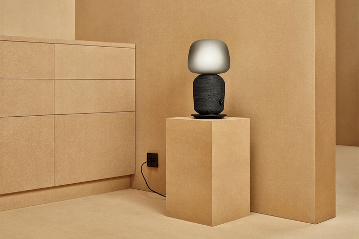 La version lampe de la gamme Symfonisk intègre un haut parleur et peut être pilotée par les applications Ikea et Sonos dédiées à la robotique