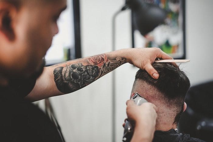 Coiffure homme, se couper les cheveux, homme tatoué, tatouage dessin, tatouage main, quoi choisir à dessiner sur sa peau squeleton et rose