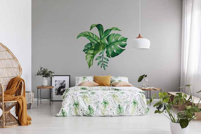 idée déco pour embellir votre chambre à coucher, stickers muraux feuilles tropicales, effet deco nature