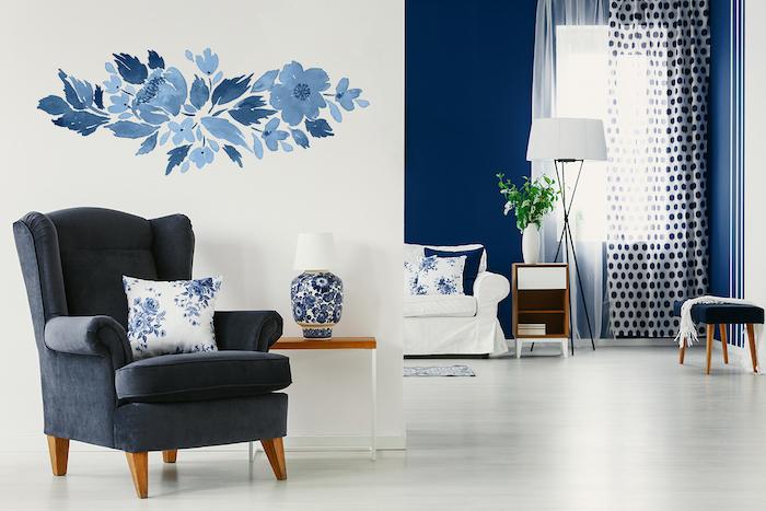 chaise en gris anthracite, deco intérieur en blanc et bleu, idée deco pour la chambre à coucher avec stickers adhésifs