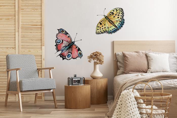 decoration scandinave avec bois clair, chambre à coucher style scandinave avec sticker mural papillon