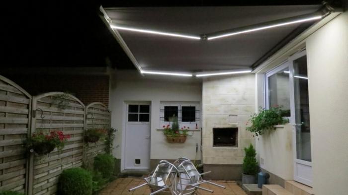 stores coffre intégral, cloture blanche, buissons verts, lampes led intégrés, maison blanche