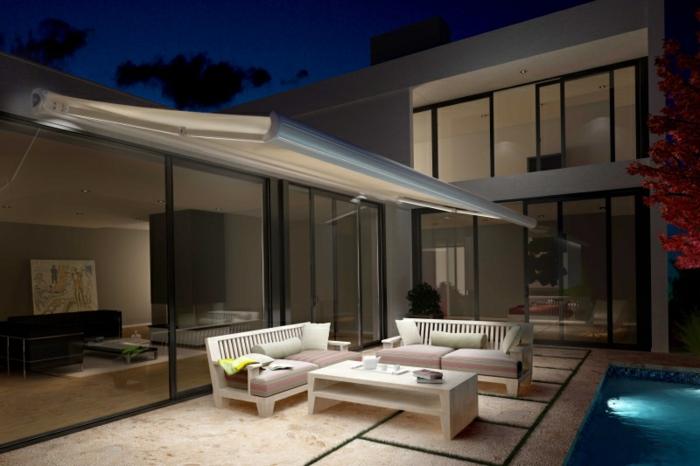 stores bannes pour l'extérieur, maison moderne cubique, salon de jardin blanc, piscine