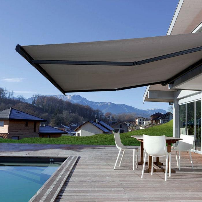 stores bannes extérieurs, terrasse en bois élégante, piscine, table et chaises blanches, pelouse verte