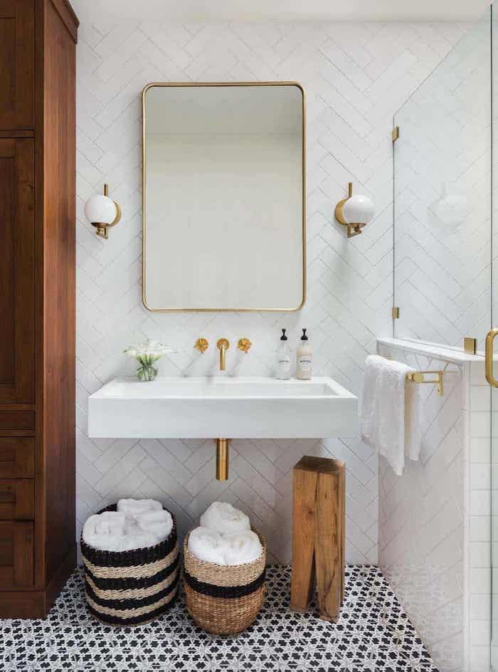 Doré détails et robinets or jaune, salle de bain noir et blanc, salle de bain moderne aménagement, baskets pour les serviettes
