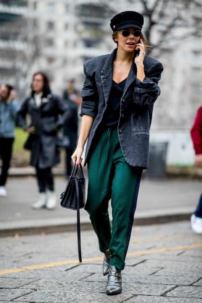 pantalon vert, veste denim, casquette noire, bottes élégantes, lunettes de soleil rondes