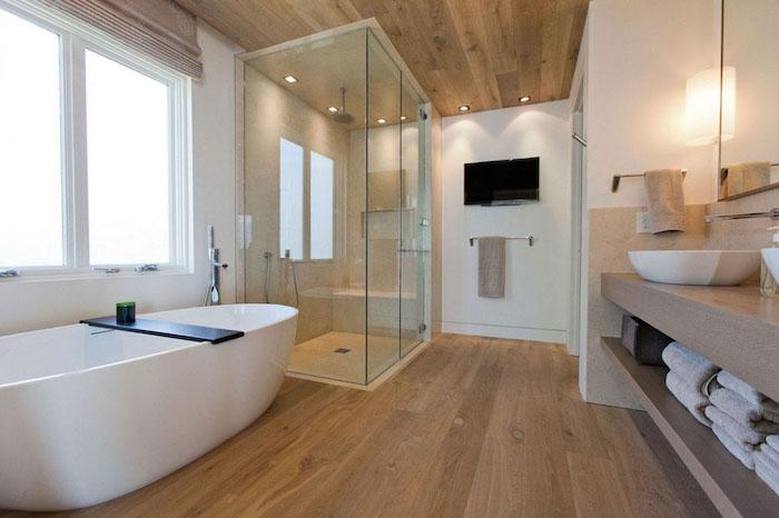 Comment aménager une salle de bain bois sur le sol et le toit, salle de bain blanche et bois décoré bien, baignoire oeuf forme