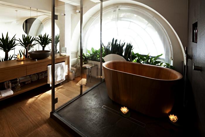 deco salle de bain zen en bois et blanc avec baignoire îlot en bois sur podium, meuble salle de bains en bois avec vasque à poser ovale en granit
