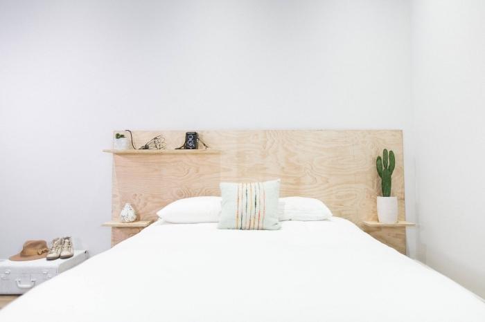 déco minimaliste dans une chambre blanche avec meubles bois, idée pour réaliser une tete de lit avec rangement