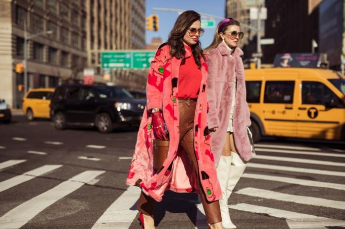 pantalon femme chic, long manteau rose aux imprimés colorés, manteau fourrure rose pastel, cuissardes blanches
