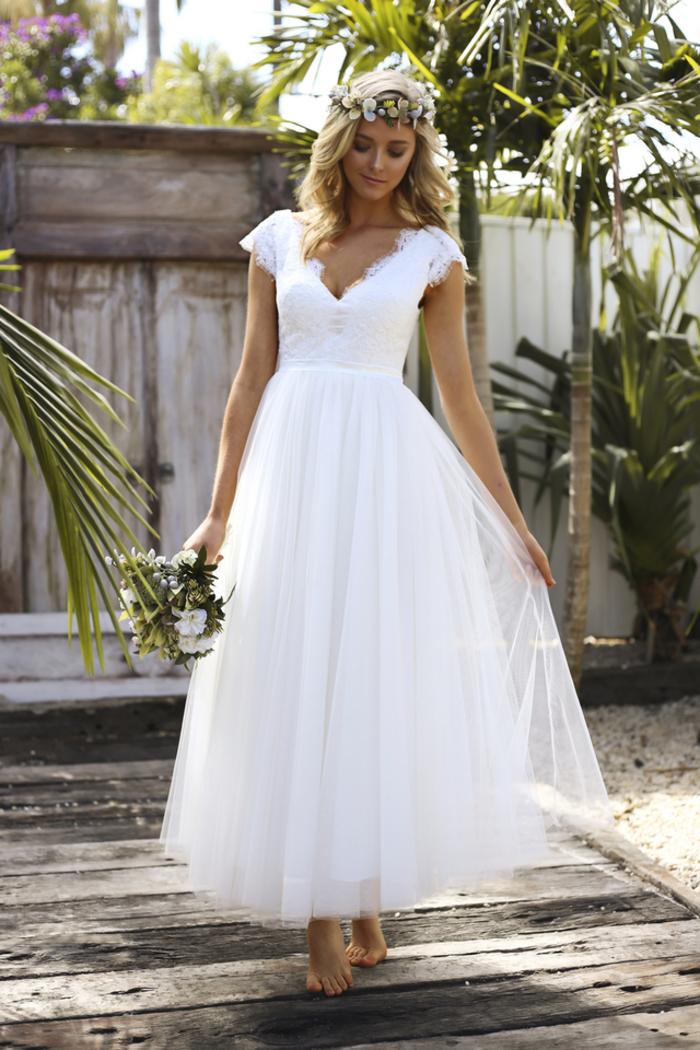 Bohème style mariage, femme couronne de fleurs sur cheveux boucles, robe de mariage princesse, mode et beauté pour les jeunes mariées