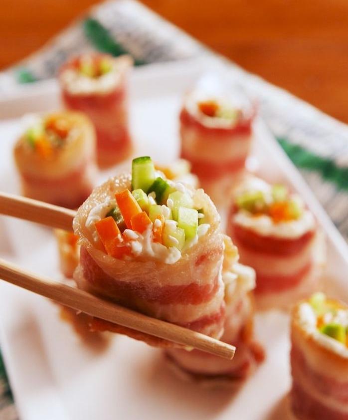 idee de sushi recette sans riz à partir d une tranche de lardon avec des concombres, carottes et sésame, repas du soir équilibré