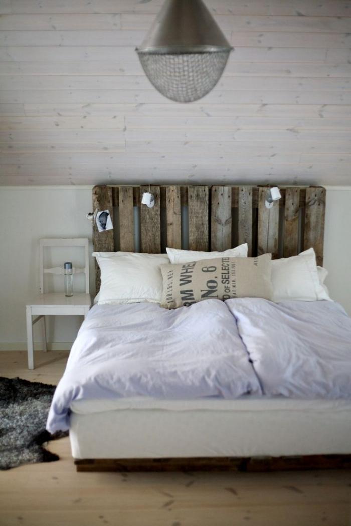 modèle tete de lit fait maison, que faire avec des palettes, décoration chambre rustique avec meubles bois clair et foncé