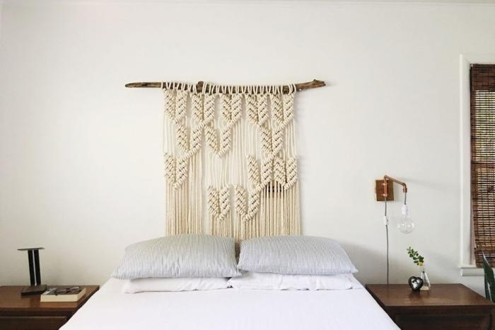 diy décoration murale en noeuds macramé, faire une tete de lit de style bohème chic, chambre blanche avec meubles bois foncé
