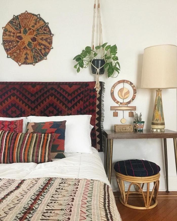 chambre hippie chic avec objets ethniques, décoration style bohème avec suspension murale, exemple tete de lit en tissu