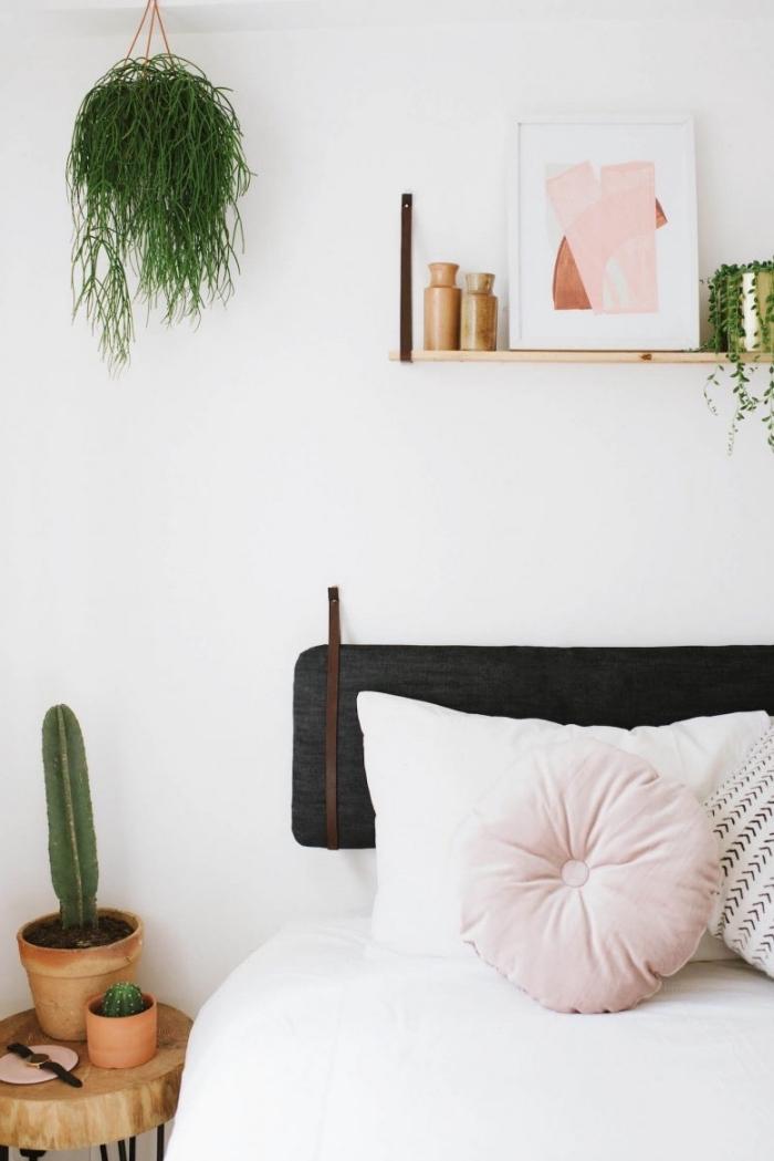 comment faire une tete de lit avec coussins, déco jungalow avec plantes vertes et objets en métal cuivre dans chambre blanche