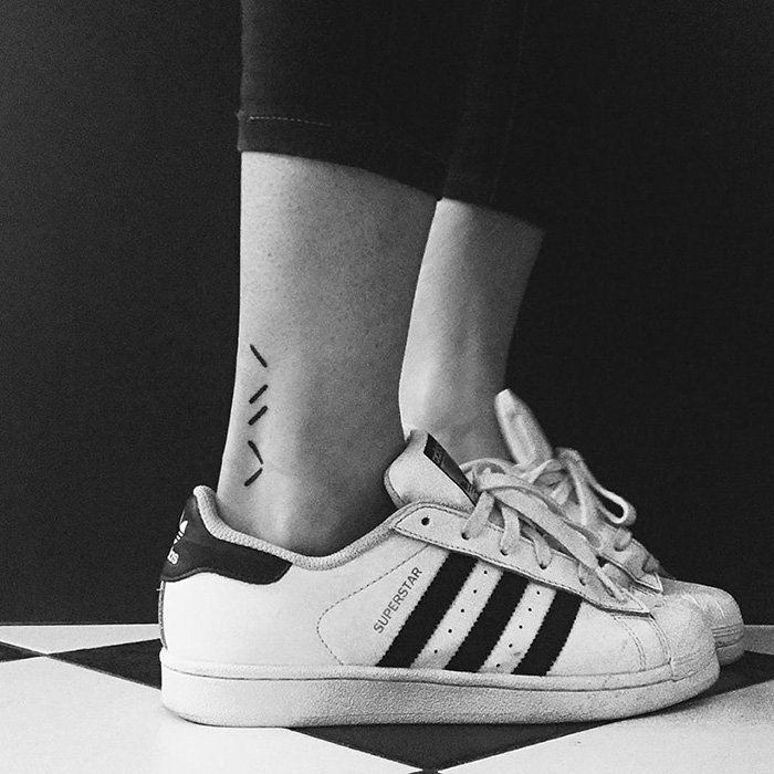 Baskets blanches adidas, lignes tatouage pied, symbole tatouage old school, inventer le design de son tatouage