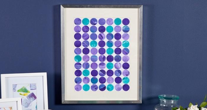 grand tableau abstrait encadré, ronds en lilas et bleu, lur bleu, decor mural abstrait
