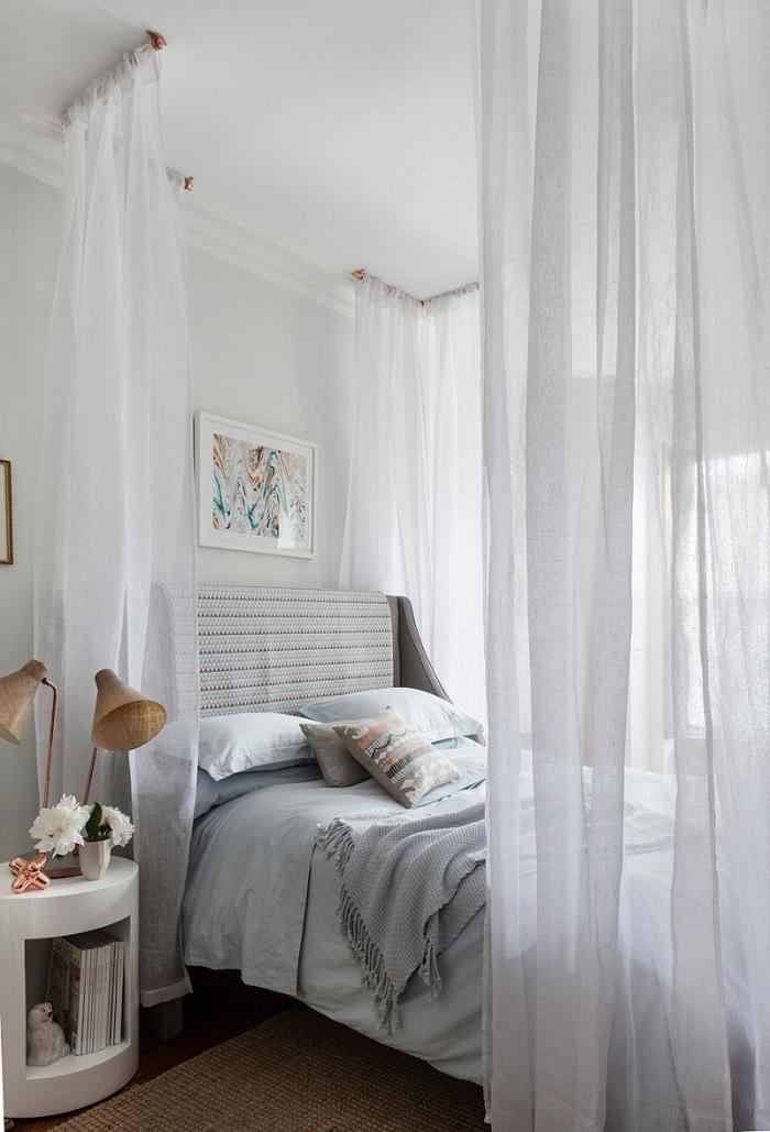 aménagement chambre à coucher fille avec lit baldaquin, personnaliser une tete de lit en tissu, pièce blanche au parquet bois