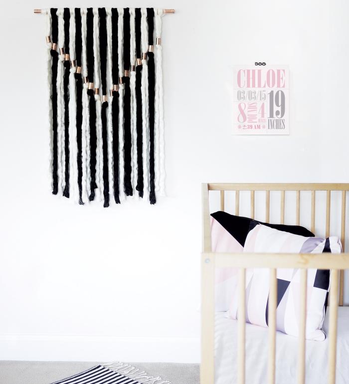 déco murale à faire soi même, tenture murale rayures verticales, lit bébé, chambre d'enfant blanche