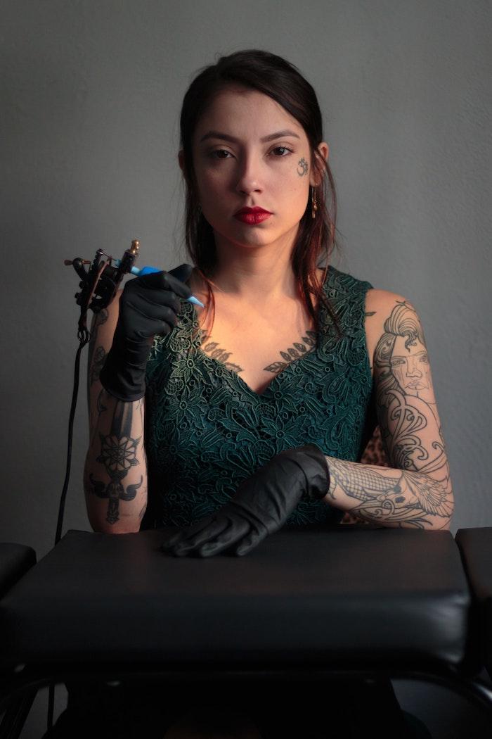 Femme tatoueur avec manchette tatouage forte, motif tatouage, original tatouage dessin, quel est le dessin pour moi