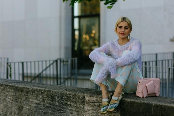 pantalon bleu pâle, pois roses, pull blanc, sac rose, chaussures confortables en couleurs pastels, style casual femme