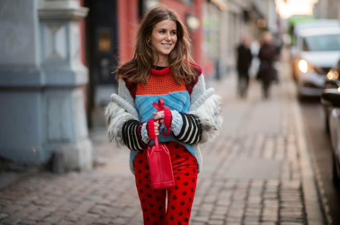 pantalon rouge aux motifs noirs, pull moelleux multicolore, pull au crochet, couleur tendance 2019