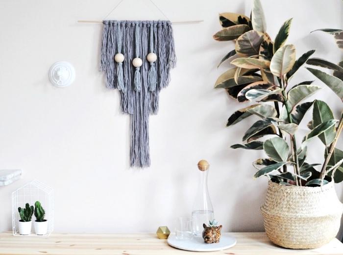 deco mural salon macramé gris, deux petits pots de fleur, mur gris pâle, idée déco mur