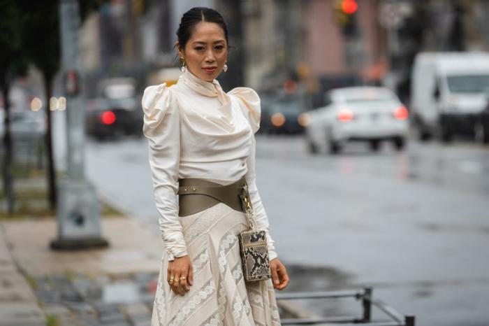robe tendance printemps-été 2019, robe femme chic couleur crème, ceinture et petit sac motifs animaux