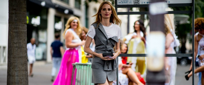 costume en gris et blanc, robe tendance 2019, robe grise portée avec un t-shirt blanc, femme dans la rue