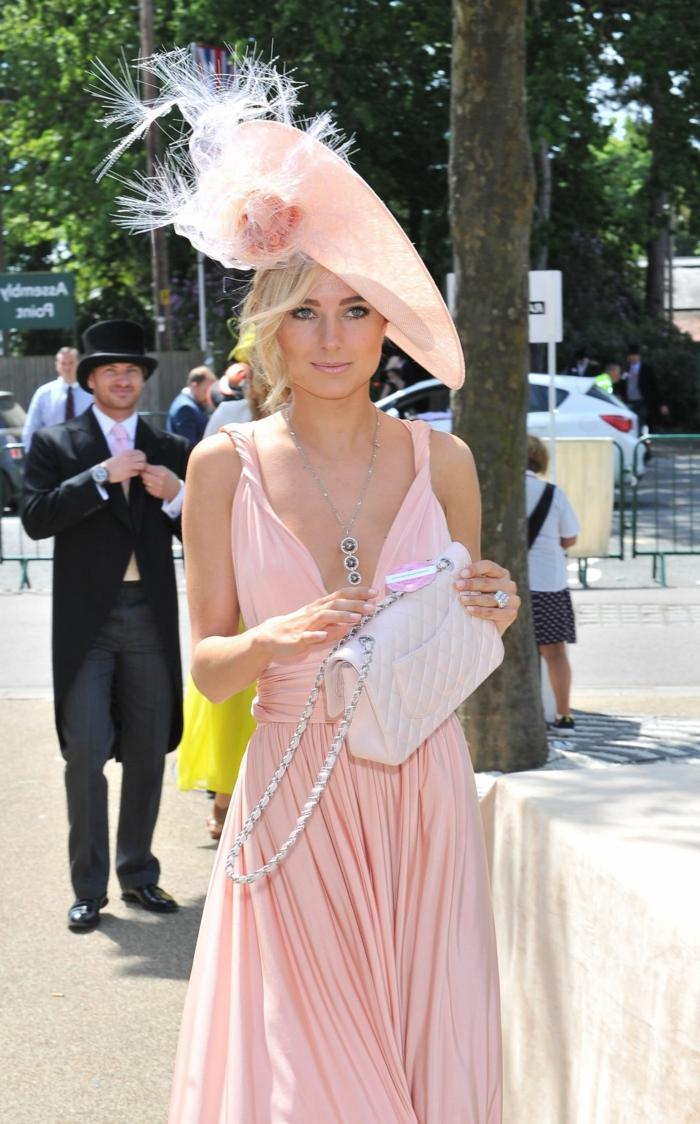 robe plissée rose et chapeau pour ariage rose pale, invitée de mariage, chapeau plumes, sac matelassé blanc