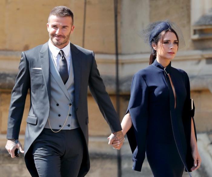 bibi mariage chic porté par Victoria Beckham, voilette, robe bleue avec pèlerine