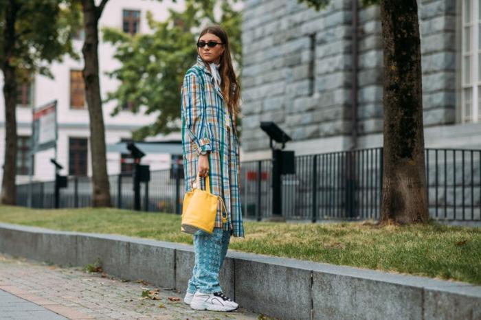 pantalon femme chic, sneakers blancs, longue chemise aux carreaux, sac jaune, mode printemps 2019